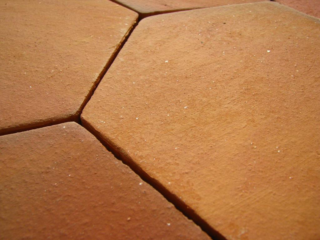 Tomette terre cuite tomettes hexagonales c ramiques du beaujolais - Daubiere en terre cuite ...