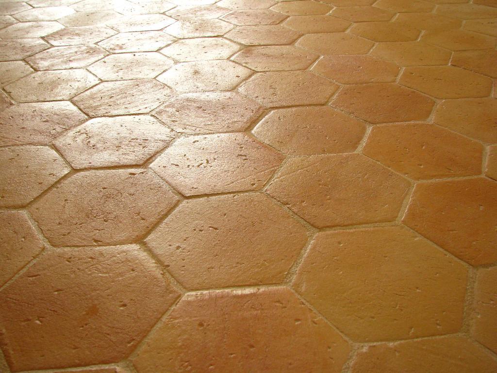 Tomette terre cuite tomettes hexagonales c ramiques du for Carrelage en terre cuite entretien