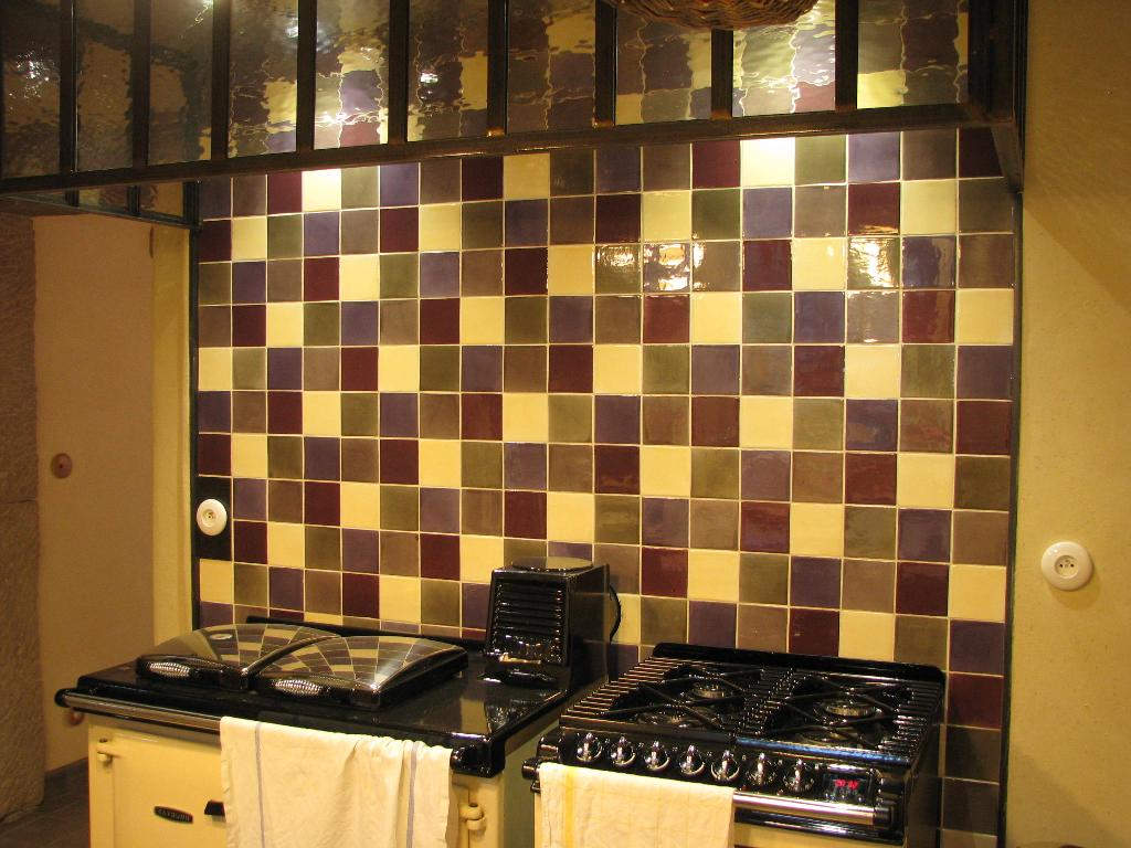 Best faience cuisine marron et beige photos design for Carrelage mural rouge