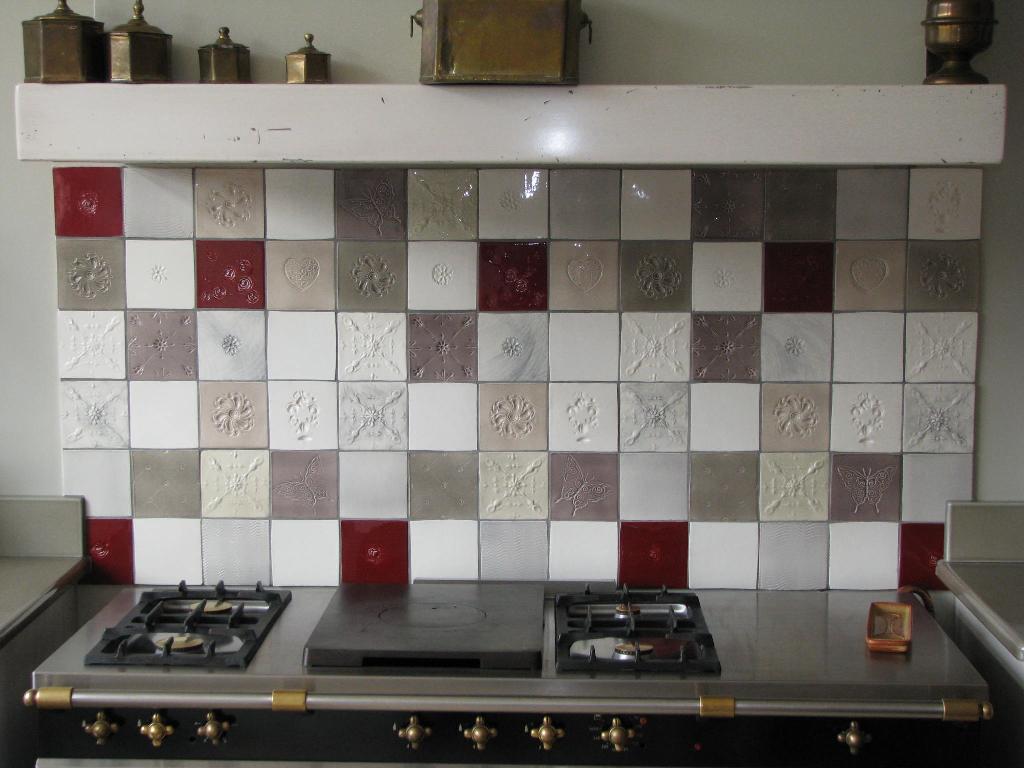 Faïence et carrelage mural de cuisine : carreaux artisanaux pour