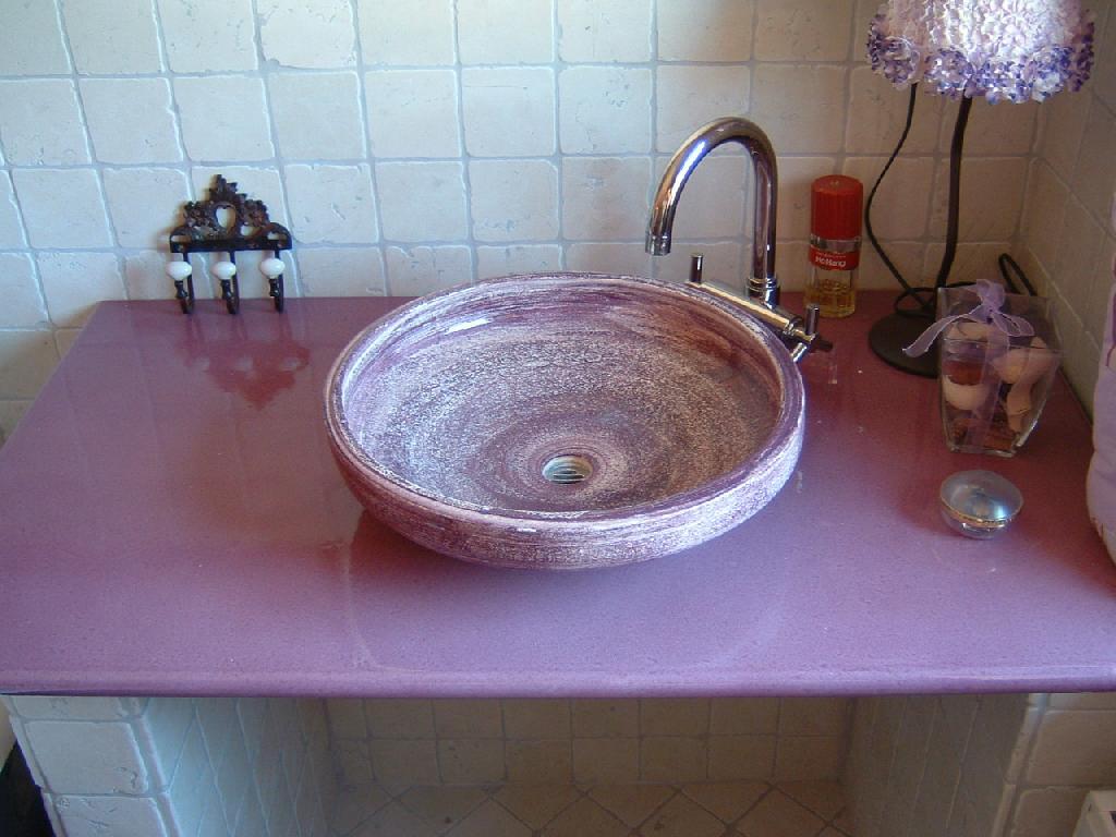 vasque en gres Plan de travail en lave émaillée parme et sa vasque posée